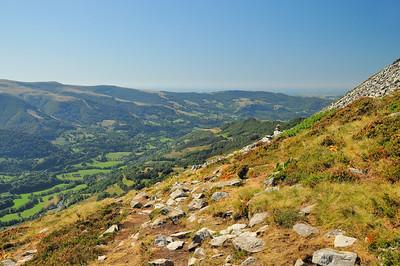 Dans la montée du Puy Griou, regard vers la vallée du Lioran