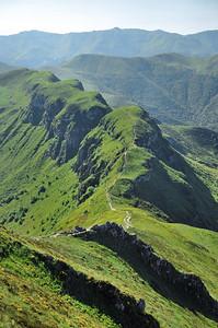 Au sommet du Puy Mary - Au centre des rochers, la brèche de Rolland - A l'arrière-plan, le Puy du Rocher et le Plomb du Cantal
