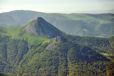Au sommet du Puy Mary - Le Puy Griou et le Griounou - A l'arrière-plan, le Puy de la Cède