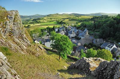 Apchon, vue de la colline du château - A l'arrière-plan, le puy de Pérarche (1.806 m)