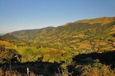 Dans la montée du col du Perthus, regard vers la vallée de la Jordanne
