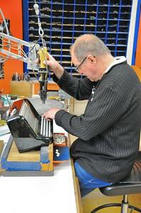 Tulle - Manufacture d'accordéons Maugein - Fixation des boutons de clavier