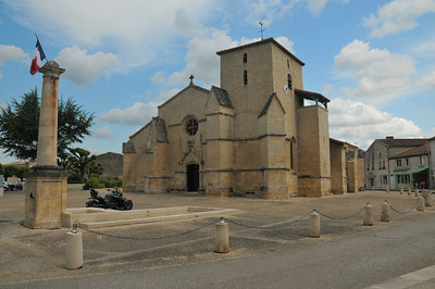 Coulon - Place de l'Eglise - Eglise de la Sainte-Trinité