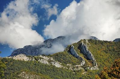 Synclinal dans la montagne au-dessus de Die - A l'arrière-plan, le roc de Peyrole