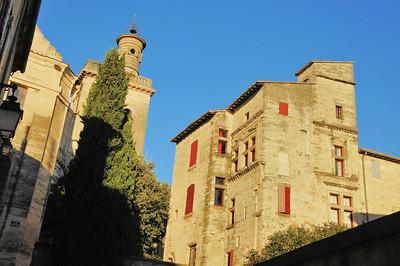 Uzès - Rue Nicolas Froment - Campanile de l'église Saint-Etienne et bâtiment Renaissance