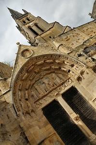 Saint-Emilion - Place de l'Eglise Monilithe - Clocher et tympan de l'église monilithe