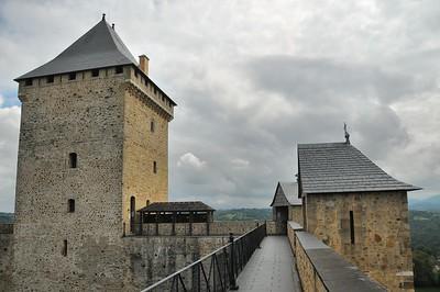 Sur le chemin de ronde du château de Mauvezin