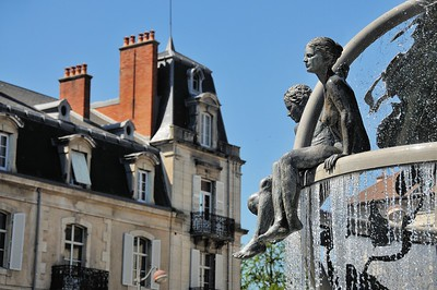 """Dole - Sur la place Jules Grevy, un détail de la fontaine """"Le Doubs et la Loue"""" de Pierre Duc"""