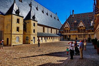 Beaune_hospital_courtyard2_DSC0410_resize