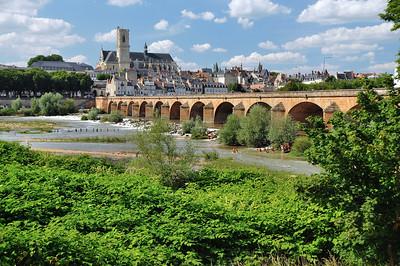 Nevers - La vue emblématique avec la cathédrale et le pont de Loire