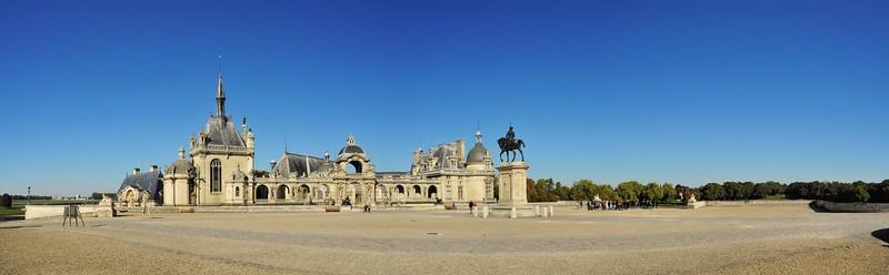 Château de Chantilly - Esplanade d'entrée et statue équestre d'Anne de Montmorency (un homme !)