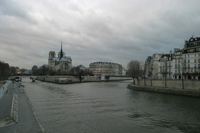 View down the Seine from the Pont de la Tournelle.  From left to right, the Quai de la Tournelle, Notre Dame and the Île de la Cité, and the Quai d'Orléans of Île Saint-Louis
