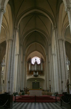 The nave of La Cathédrale Saint-Pierre, Poitiers.  View from the apse, looking over the crossing to the rose window, the famous organ by François-Henri Cliquot, and the West door.