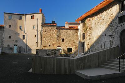 Plauzat - Une partie des bâtiments de l'enceinte médiévale