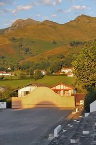 Sare - Fronton de pelote basque et contreforts de la Rhune