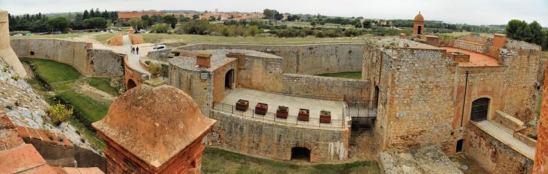 Fort de Salses - Demi-lune sud et Salses-le-Château au loin