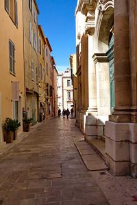 St_Tropez_narrow-street_DSC1022