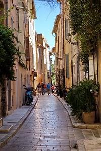 St_Tropez_narrow-street_DSC1025