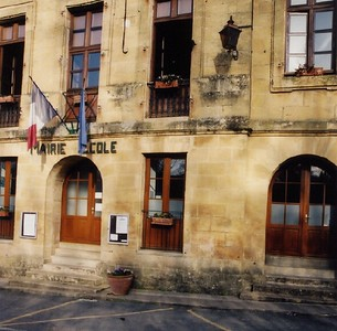 St  Leon Sur Vezere city hall and school