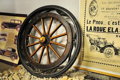 Piolenc - Musée Mémoire de la Nationale 7 - Roue élastique (l'amortisseur est dans la roue)