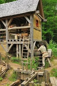 Chantier médiéval de Guédelon - Le moulin hydraulique
