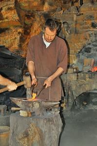 Chantier médiéval de Guédelon - Le travail du forgeron