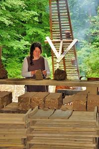 Chantier médiéval de Guédelon - Réalisation de briques d'adobe