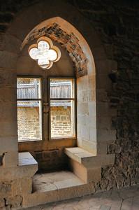 Chantier médiéval de Guédelon - Dans la grande salle, coussièges à la fenêtre