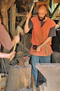 Chantier médiéval de Guédelon - le battage des forgerons