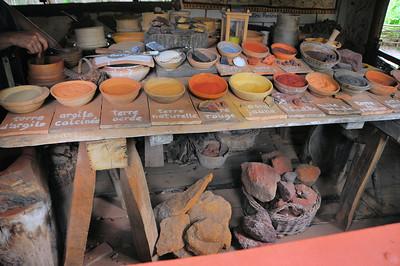 Chantier médiéval de Guédelon - Poudres naturelles pour réaliser des peintures