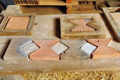 Chantier médiéval de Guédelon - les carreaux pour les sols