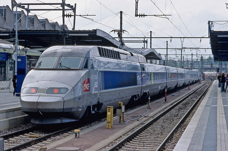 SNCF TGV540 sits at Luxembourg and forms train 2869, the 13:02 to Paris Est on 14 September 2009