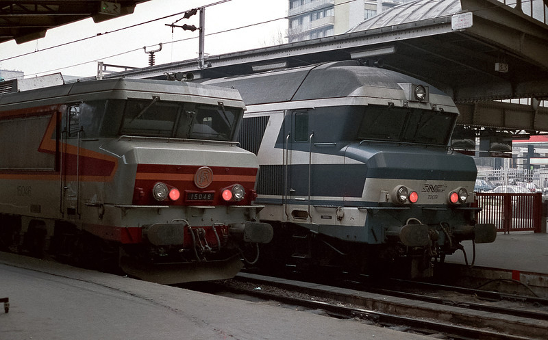 SNCF 15046 and 72049 sit at the blocks at Paris Est on 19 February 1988