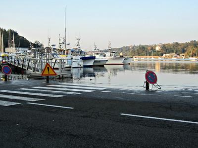Hochwasser bei Flut im Hafen von Audièrne
