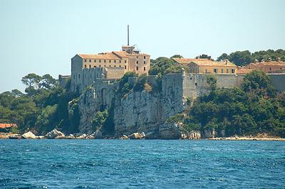 """Fort Ile Ste-Marguerite  Her sad """"Manden Med Jernmasken"""" fængslet i 11 år."""