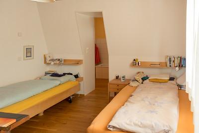 Schlafzimmer im EG mit Durchgang ins Bad und die Ankleide