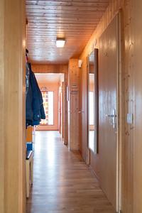 Korridor EG, Blick Richtung Haupteingang: Abgang zum Keller und Wohnung UG