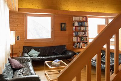 Wohnzimmer mit Treppenaufgang ins OG
