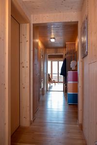 Korridor EG, vom Haupteingang gesehen, links Türen zur Toilette, Waschküche und Keller, rechts in den Vorratsraum und den Sportgeräte Schopf