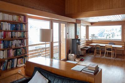 Blick aus dem Wohnzimmer auf das Esszimmer, mit Schwedenofen