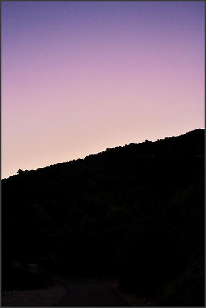 Obloha mìla z dolíku Pupnatske Luky velice zvláštní nafialovìlou barvu. Tam nìkde za høebenem právì zapadalo slunce.