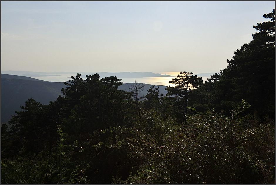 Tam dole vpravo, za stromy, se na pobøeží nachází Senj. Díváme se na ostrovy Rab a Krk a ostrùvky mezi nimi.