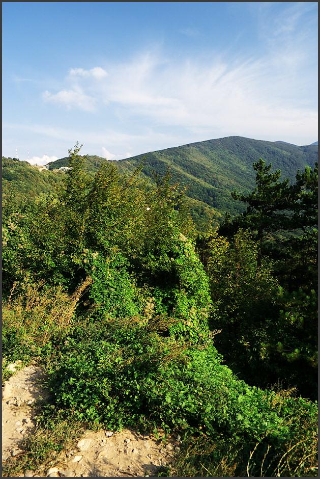 Pohled na høeben Velebitu nad mìsteèkem Senj, ke kterému musíme sestoupat cca 600 metrù velice alpsky vyhlížejícím údolím