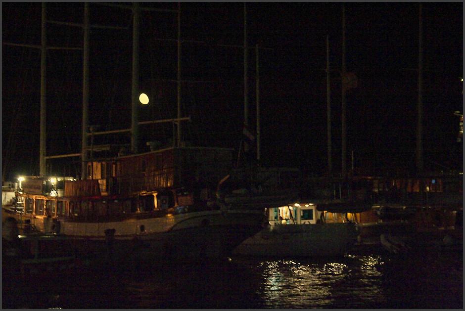 Vycházející mìsíc nad pøístavem v Korèule. Bohužel, tohle se poøádnì vyfotit nedalo...
