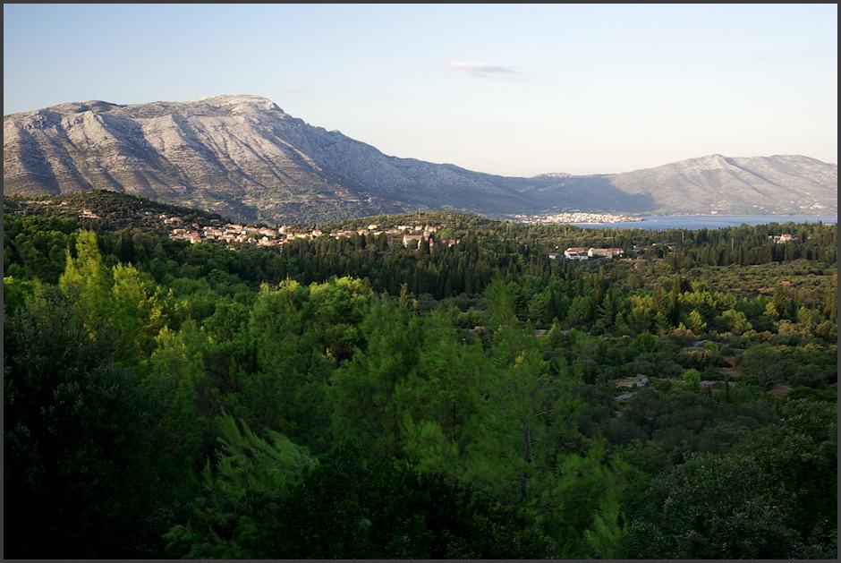 Vesnièka Žrnovo na Korèule, v pozadí opìt Sveti Ilija