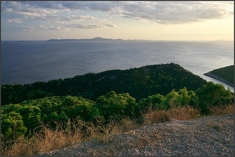 Výhled na jižní pobøeží Korèuly. V pozadí ostrov Lastovo. Vpravo dole je zátoka s pláží Pupnatska Luka.