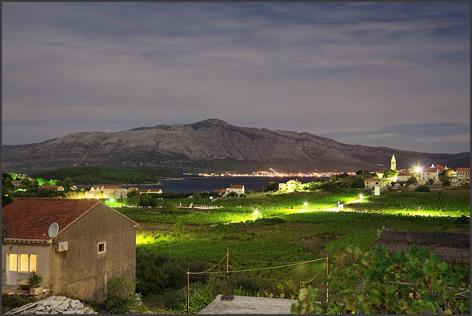 Noèní výhled z terasy na vinice, Lumbardu a na druhé stranì Orebiè pod Svetim Iljou