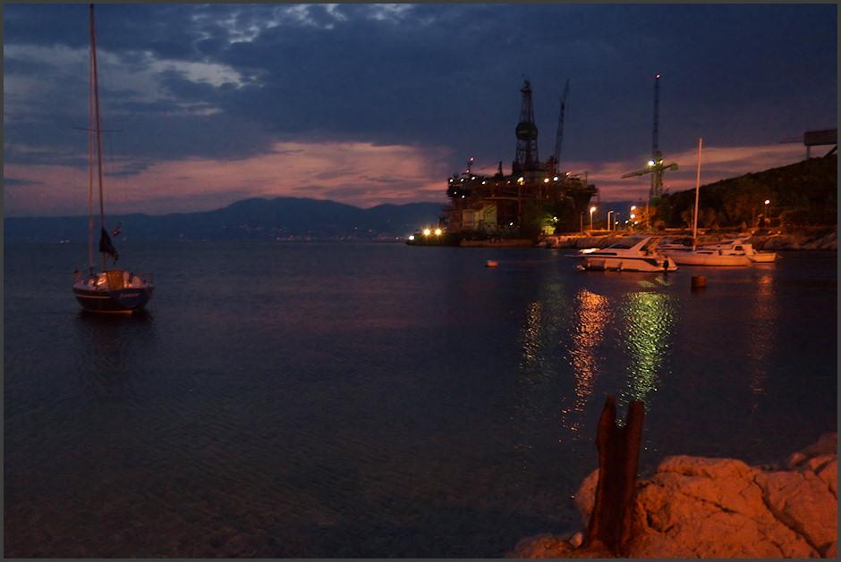 Na pláži v Kostrenì, jen asi pìt kilometrù od Rijeky. Mezi domy se tu ukrývala velice pìkná oblázková pláž a marína. Naproti svìtélkuje pobøeží Istrie.