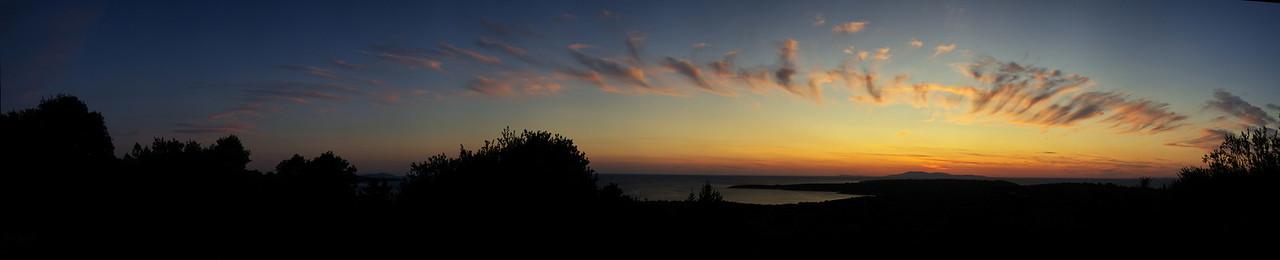 Panoráma západu nad Visem. Pás rozfoukaných mrakù umocòoval dojem jakési exploze na obzoru.