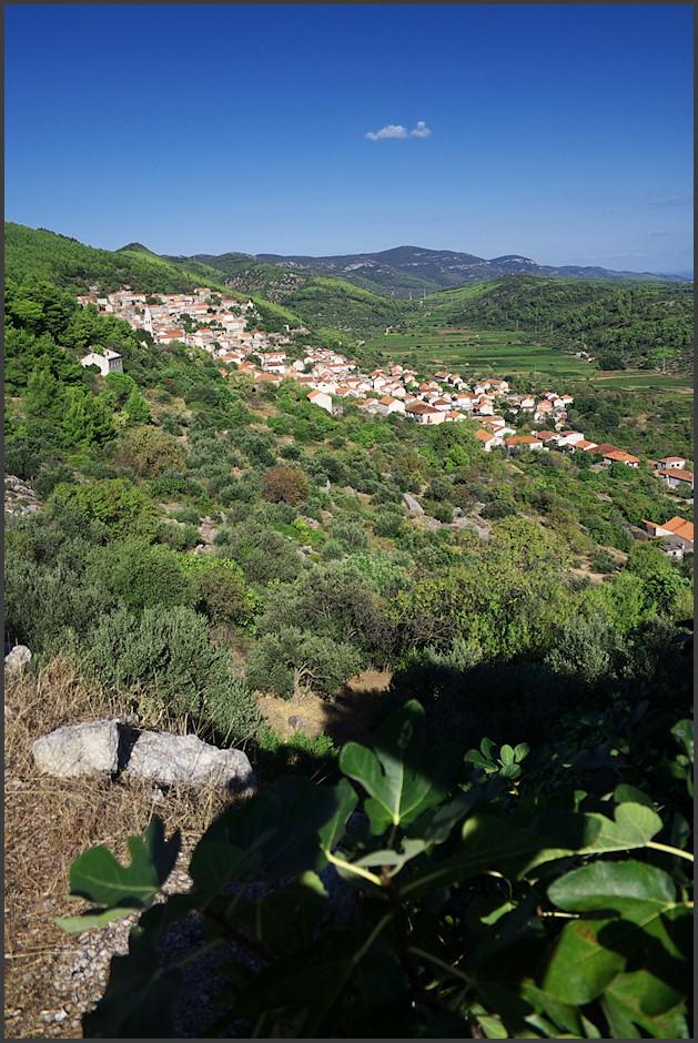 Smokvica - díváme se zpátky, na východ. Tím smìrem se nachází Pupnatska Luka (pod tìmi vzdálenými kopci).